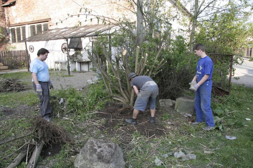 14. května 2005    Jedna z prvních brigád. V akci Míša Zavadil, Špacír, Kuba, Dvořák